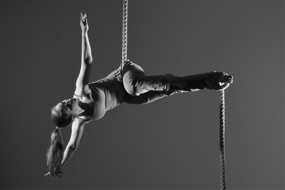 Loretta-Hope-aerialist-Birmingham-model-black-and-white-photography-fitness-dance-movement-actress-aerial-rope-corde-lisse-multi-skilled-performer-West-Midlands
